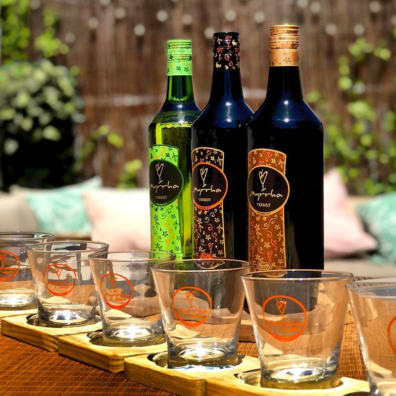 Botella de los Vermuts Myrrha con vasos de vermut