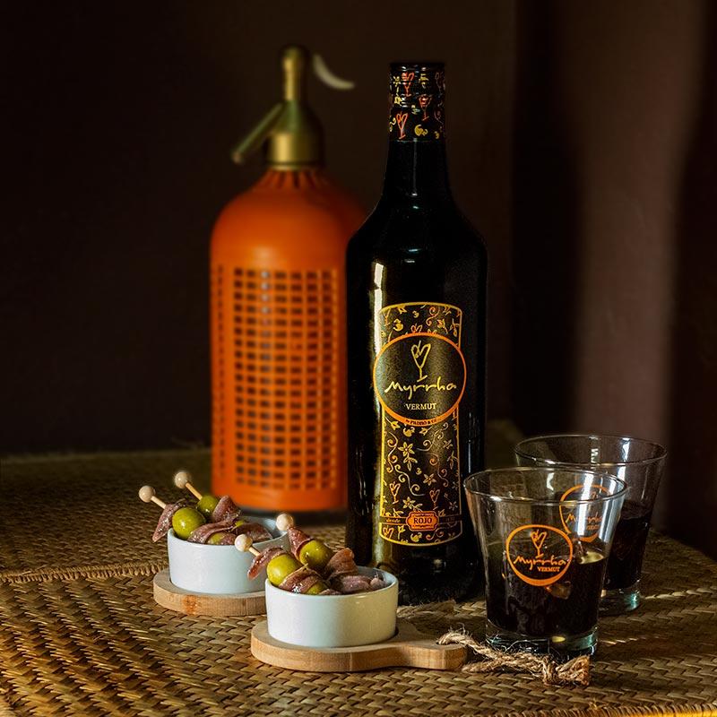Botella de Vermut Myrrha con vasos de vermut