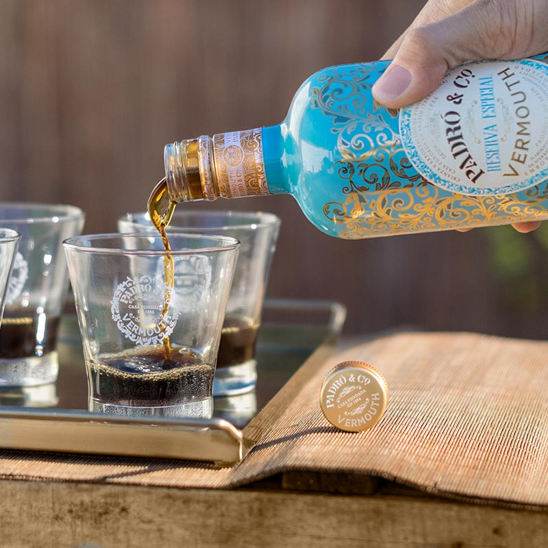 Botella de Vermouth Padró & Co. con vasos de vermut