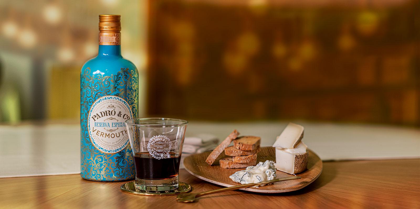 Botella de vermouth Padró con quesos